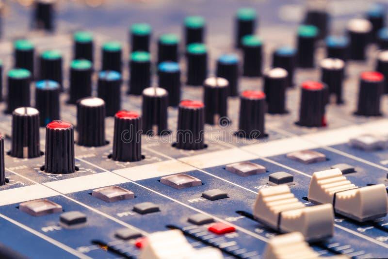 Console de mélange dans le studio photo libre de droits