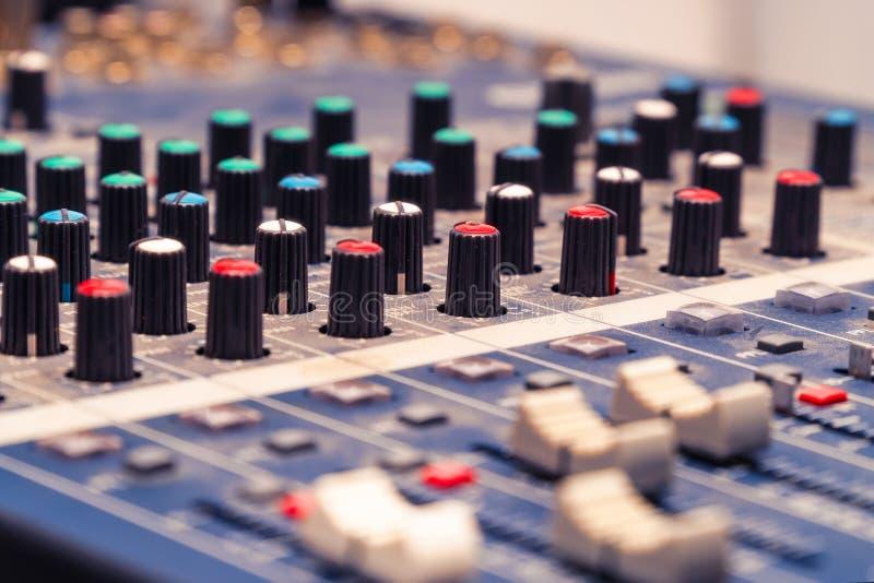 Console de mélange dans le studio photographie stock
