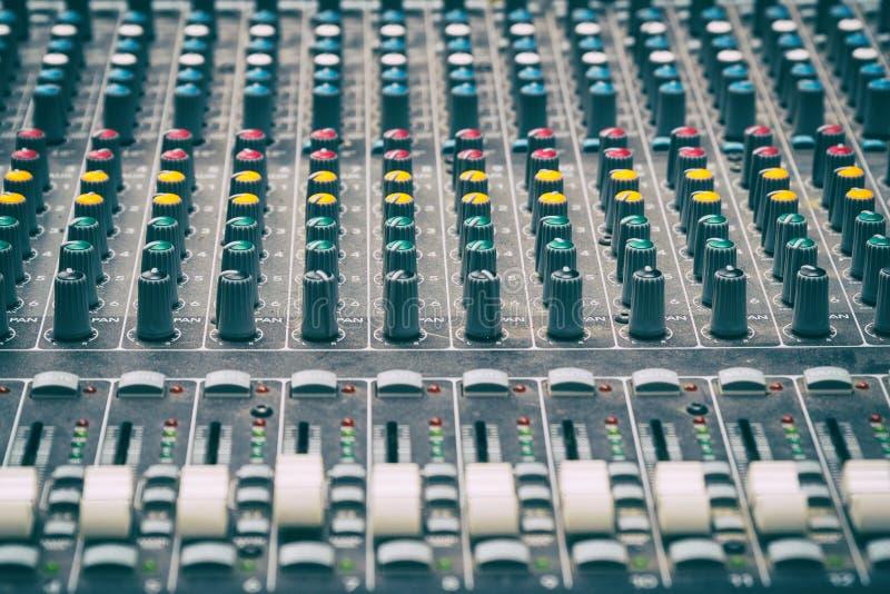 Console de mélange dans le studio images libres de droits