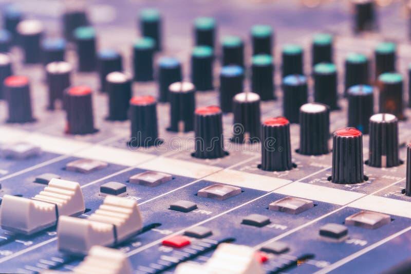 Console de mélange dans le studio images stock