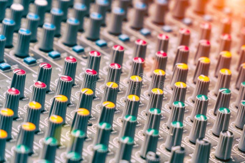 Console de mélange dans le studio photographie stock libre de droits