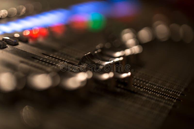 Console de mélange numérique d'affaiblisseur avec le mètre de volume image libre de droits