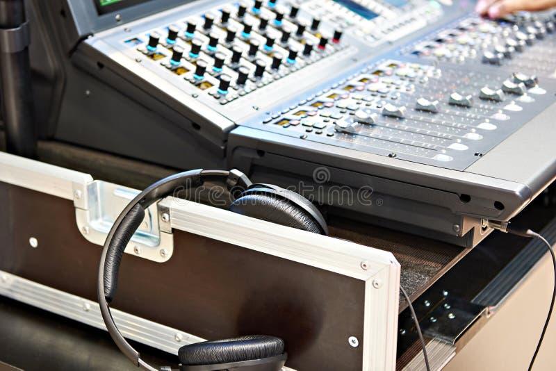 Console de mélange numérique et écouteurs image libre de droits