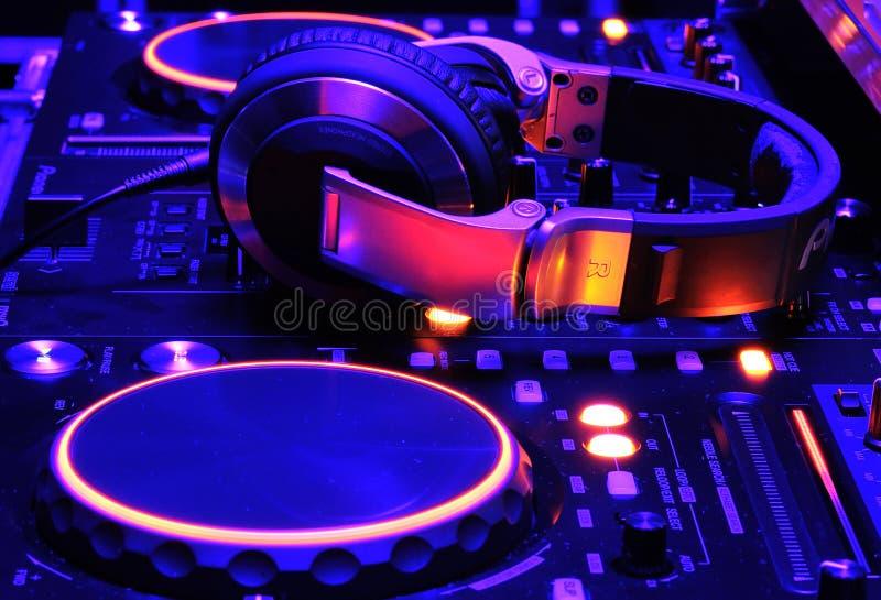 Console de mélangeur du DJ au travail photo stock