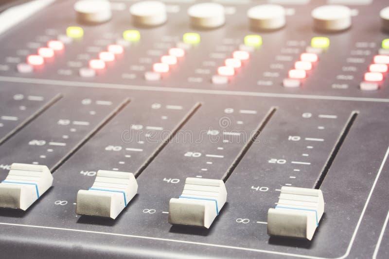 Console de mistura audio profissional com faders e botões do ajuste - rádio foto de stock