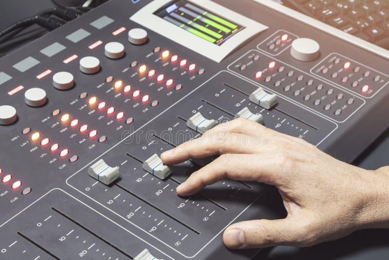 Console de mistura audio profissional com faders e botões do ajuste - rádio imagem de stock royalty free