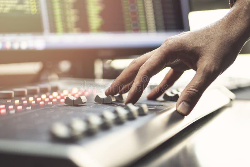 Console de mistura audio profissional com faders e botões do ajuste - rádio imagens de stock royalty free