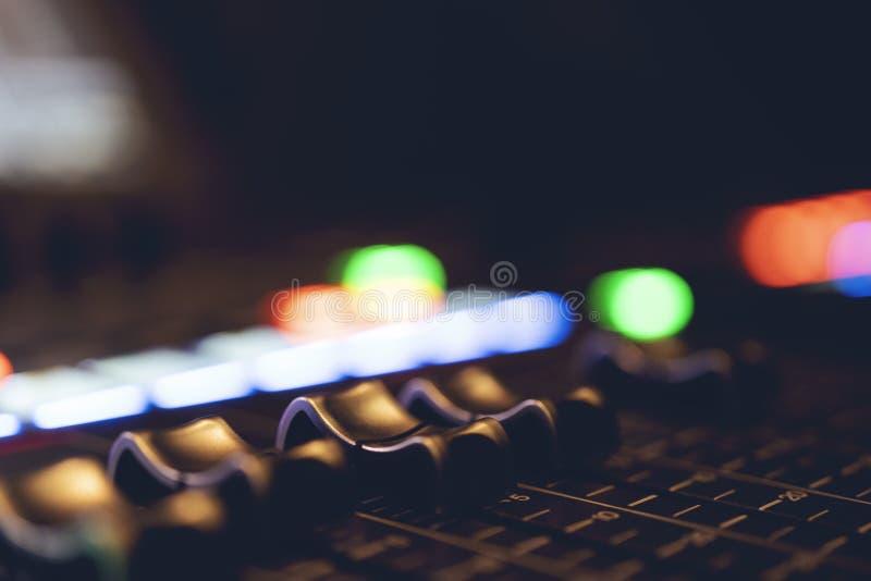 Console de mistura audio profissional com faders e botões do ajuste - rádio/tevê imagens de stock