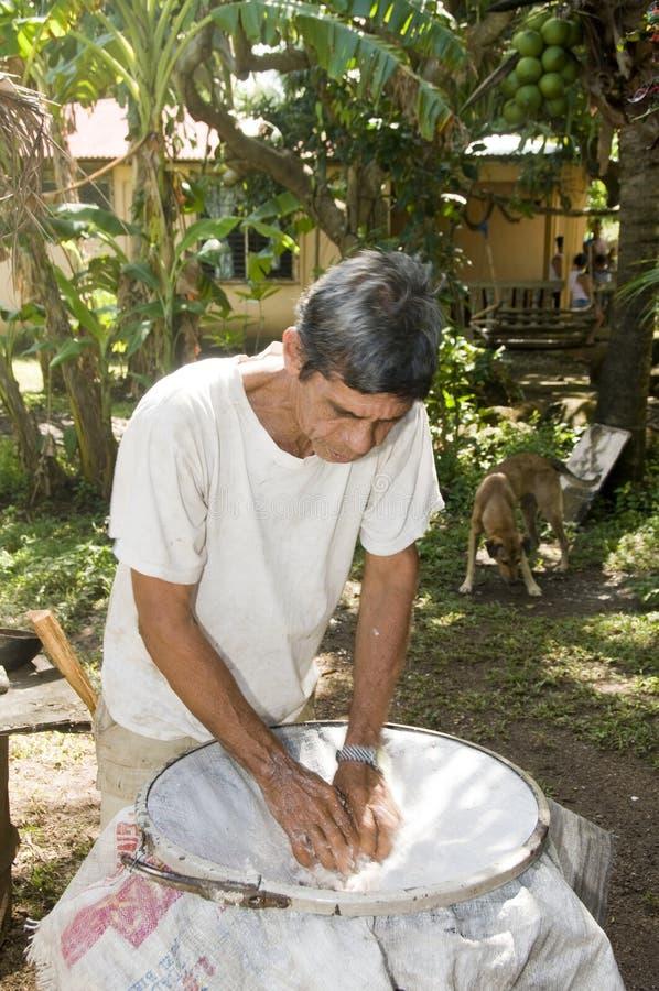 Console do milho de Nicarágua do petróleo de coco do homem foto de stock royalty free