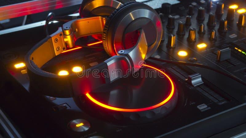 Console e auscultadores do misturador do DJ fotos de stock