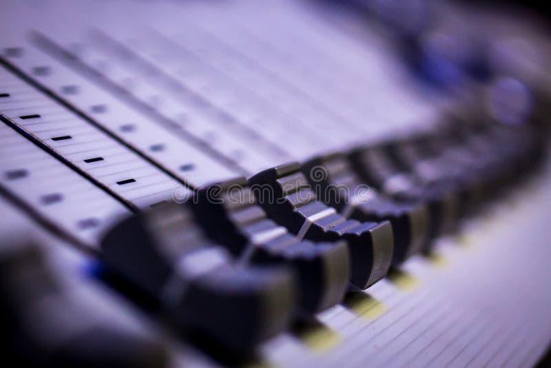 Console leve audio do projeto de Digitas dos Faders pretos imagem de stock royalty free