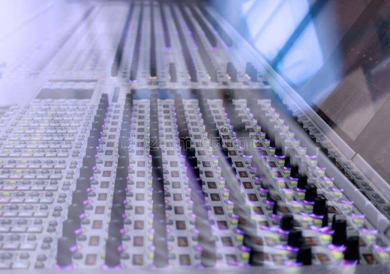 Console professionnelle du ` s d'ingénieur du son À télécommande pour l'ingénieur du son Consoles de mélange Ingénieur du son à d image libre de droits