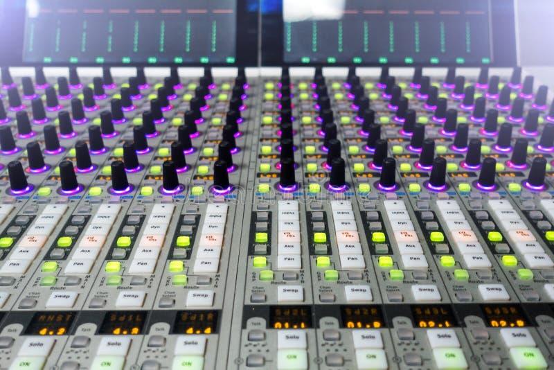 Console professionnelle du ` s d'ingénieur du son À télécommande pour l'ingénieur du son Consoles de mélange Ingénieur du son à d photo stock