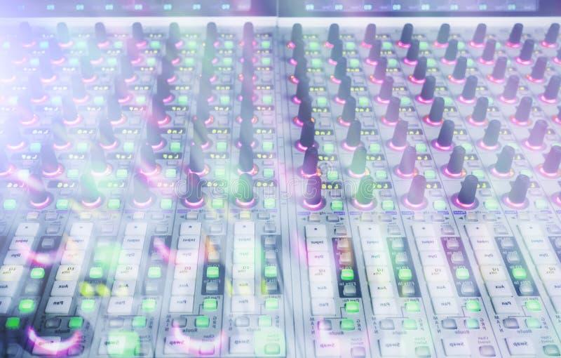 Console professionnelle du ` s d'ingénieur du son À télécommande pour l'ingénieur du son Consoles de mélange Ingénieur du son à d image stock