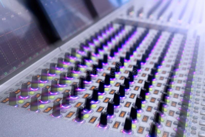 Console professionnelle du ` s d'ingénieur du son À télécommande pour l'ingénieur du son Consoles de mélange Ingénieur du son à d photographie stock