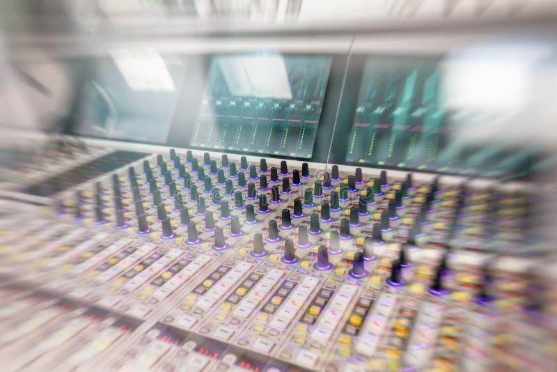Console professionnelle du ` s d'ingénieur du son À télécommande pour l'ingénieur du son Consoles de mélange Ingénieur du son à d images stock
