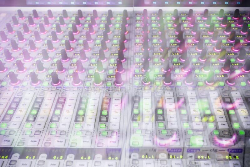 Console professionnelle du ` s d'ingénieur du son À télécommande pour l'ingénieur du son Consoles de mélange Ingénieur du son à d photos libres de droits