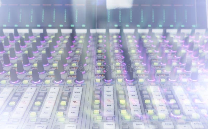 Console professionnelle du ` s d'ingénieur du son À télécommande pour l'ingénieur du son Consoles de mélange Ingénieur du son à d images libres de droits