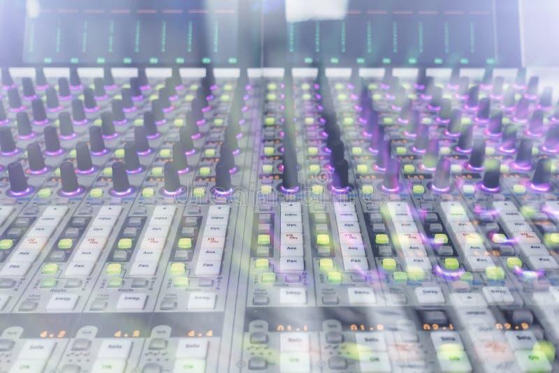Console professionnelle du ` s d'ingénieur du son À télécommande pour l'ingénieur du son Consoles de mélange Ingénieur du son à d photographie stock libre de droits