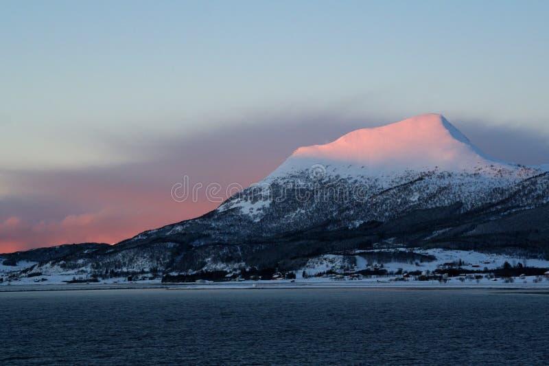 Consoles de Lofoten de Noruega Ilhas bonitas de um ponto de vista da balsa fotos de stock