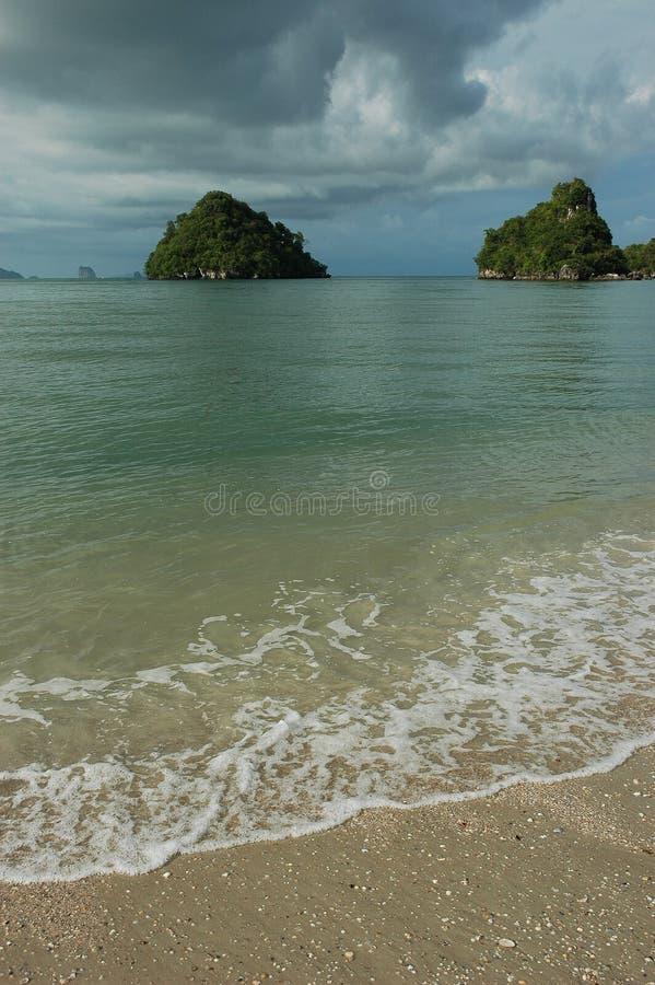 Consoles exóticos pequenos fora da costa de Krabi, Tailândia imagem de stock royalty free