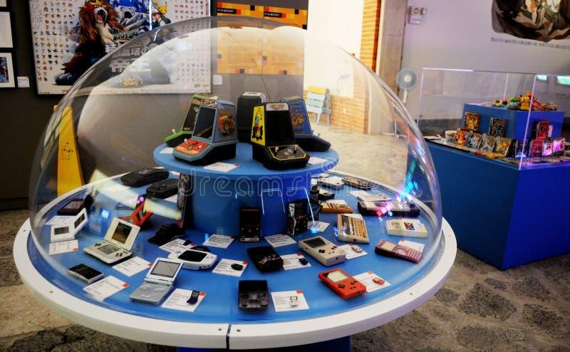Consoli portatili del videogioco, retro spettacolo, oggetti d'annata fotografia stock