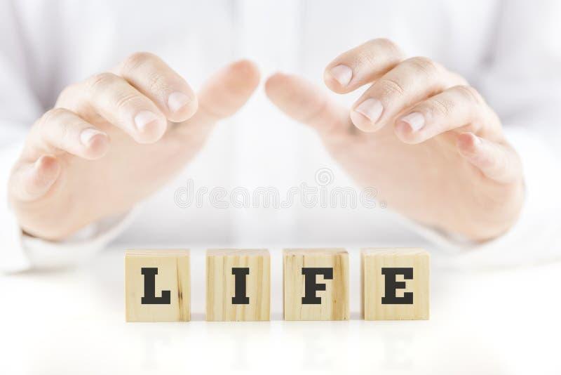 Consolidando as mãos de um homem colocado sobre a vida da palavra fotos de stock