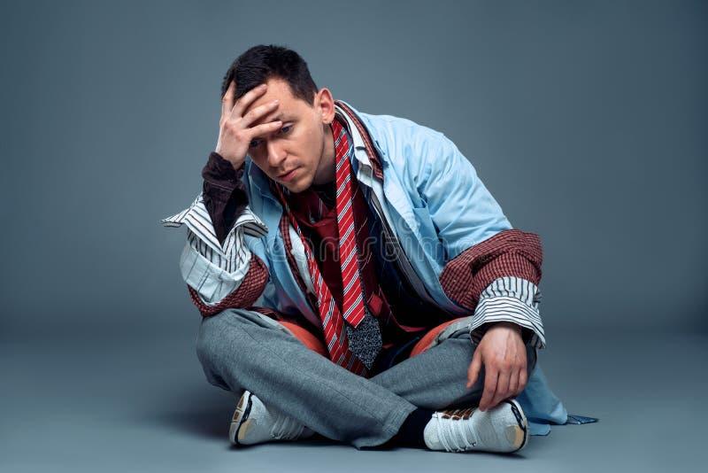 Consommateur masculin fatigué après vente de vêtements photographie stock