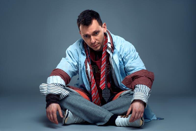 Consommateur masculin fatigué après vente de vêtements photos libres de droits