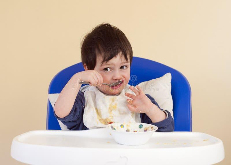Consommation d'enfant en bas âge photo libre de droits
