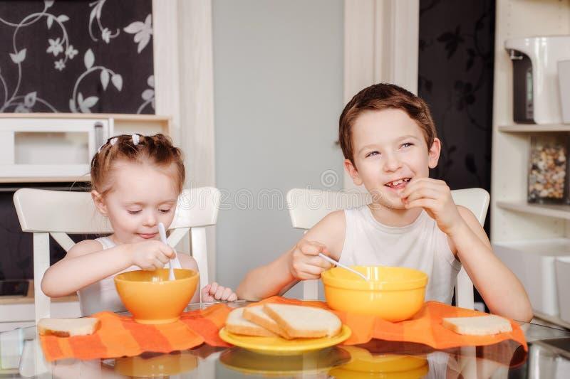 Consommation d'enfants images stock