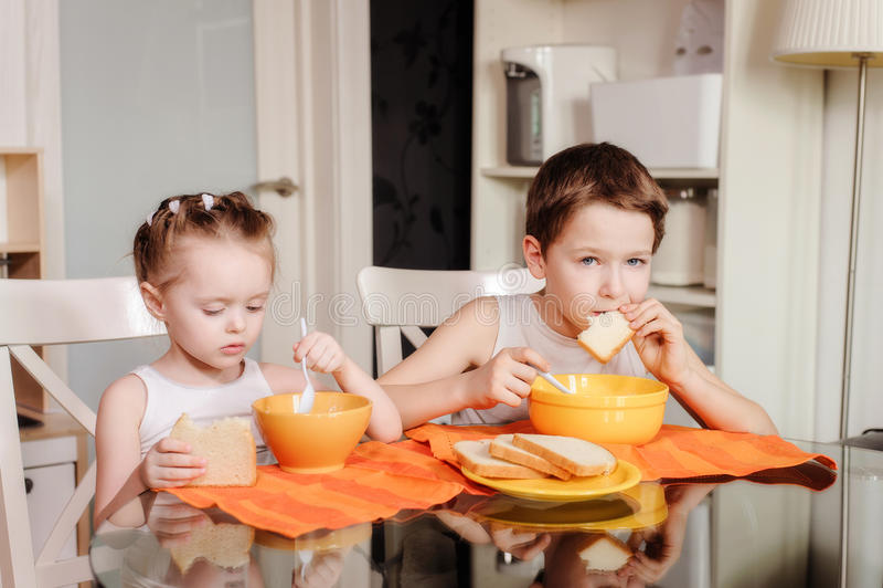 Consommation d'enfants photo stock