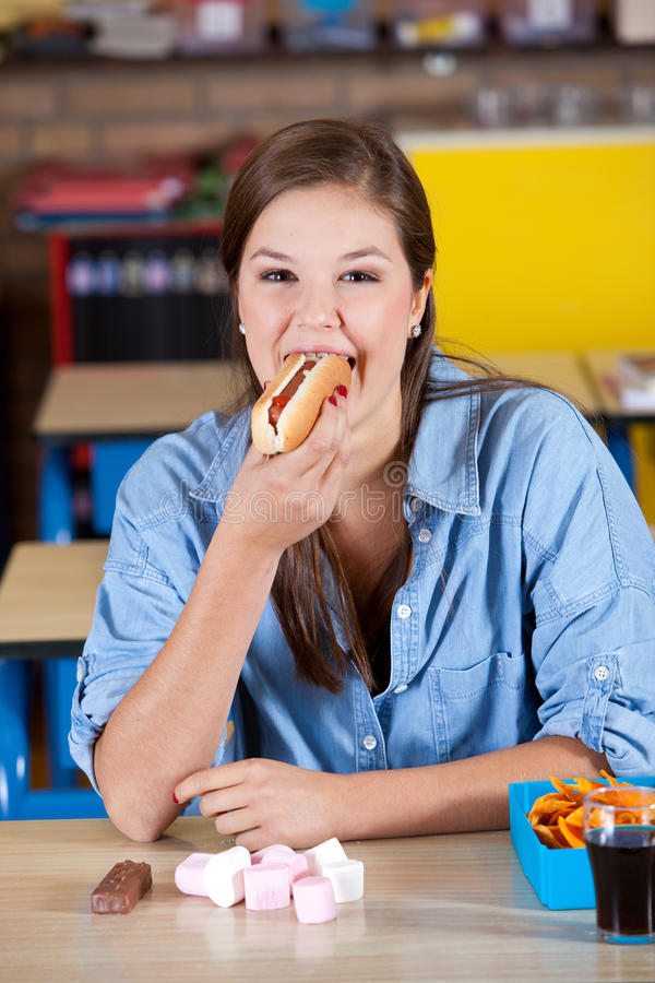 Consommation d'un hot dog images stock