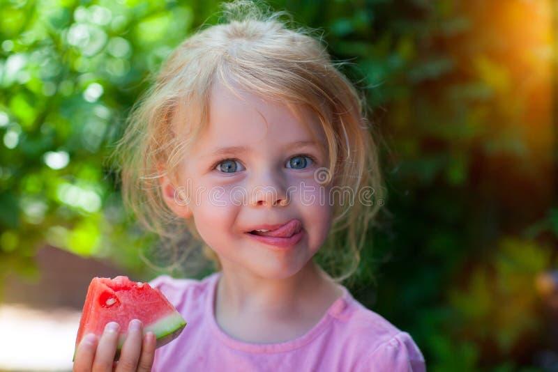 Consommation d'une pastèque photo libre de droits