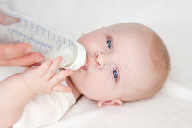 Consommation de bébé photo libre de droits
