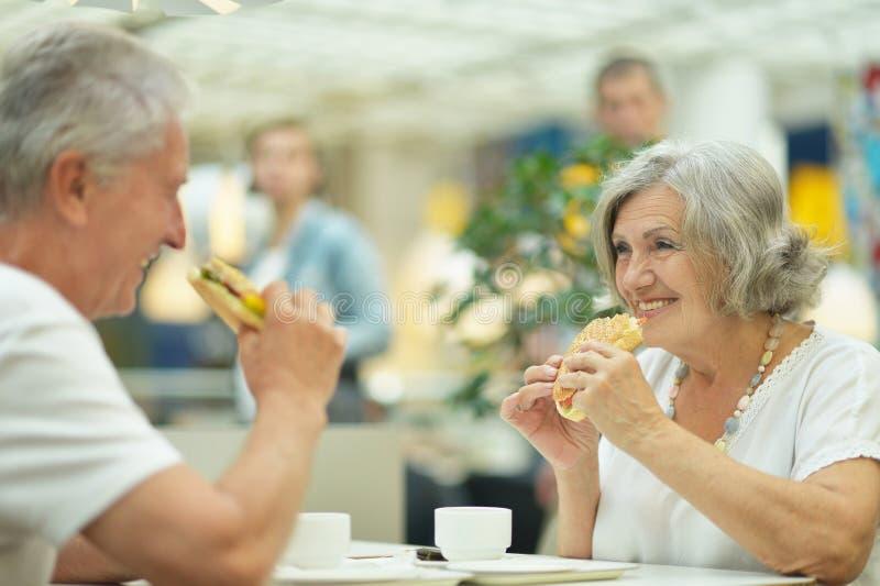 Consommation de couples savoureuse image libre de droits