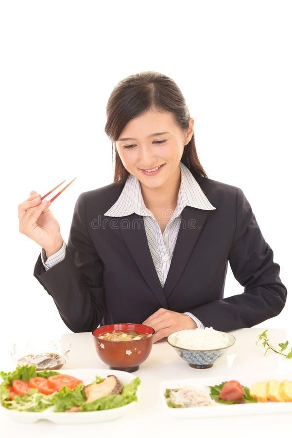 Consommation de femme d'affaires repas images libres de droits