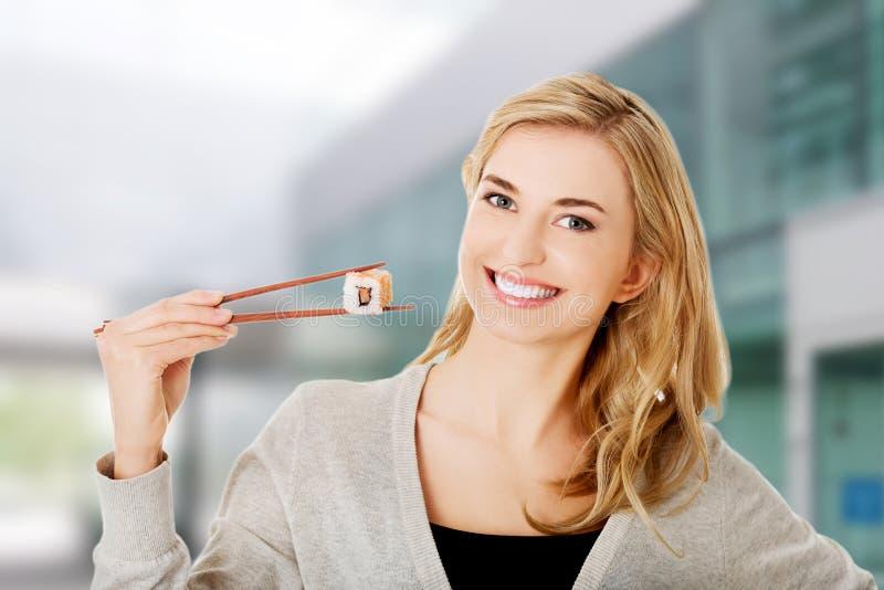 consommation de la femme de sushi photographie stock libre de droits