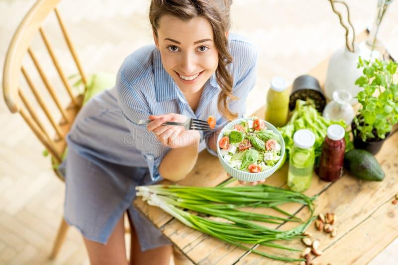 consommation de la femme en bonne santé de salade photos stock