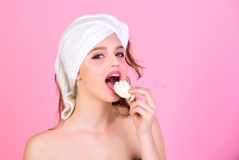 Consommation de la femme de sourire de dessert dans un peignoir image libre de droits