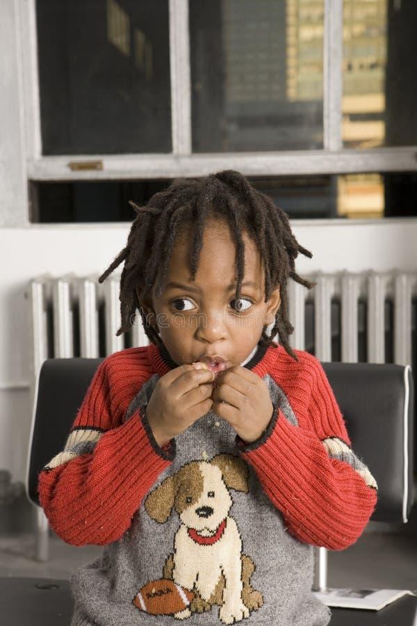 Consommation de petit garçon images libres de droits