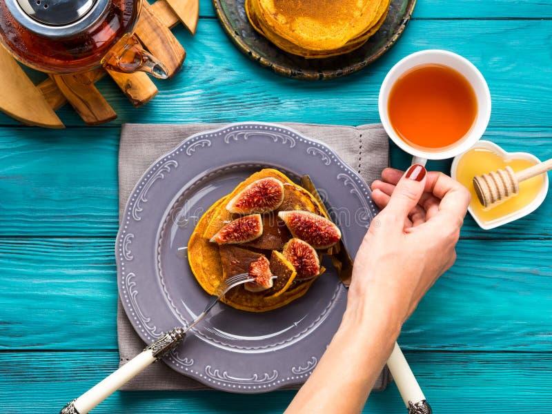 Consommation des crêpes de potiron avec les figues et le miel photo libre de droits