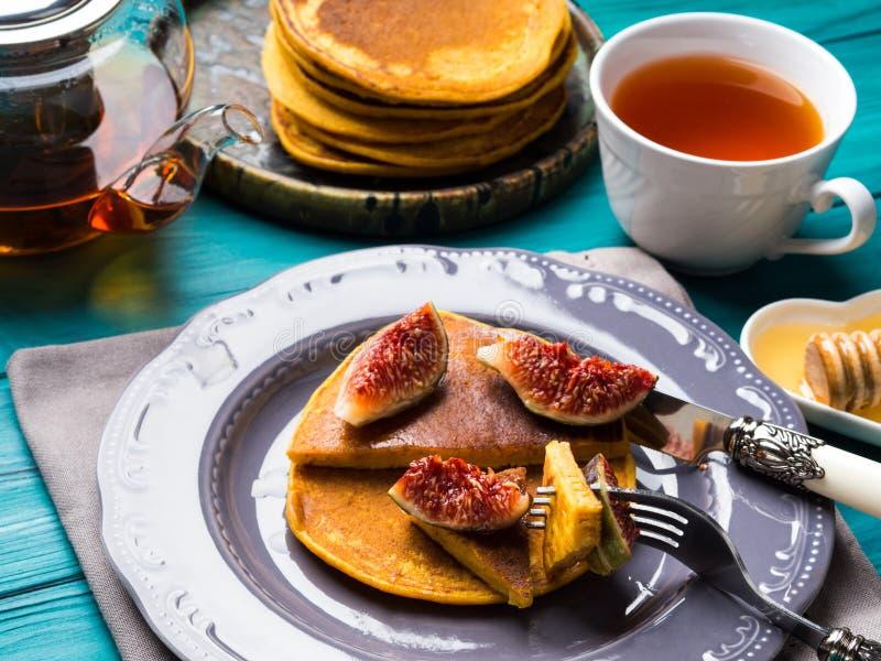 Consommation des crêpes de potiron avec les figues et le miel photos stock