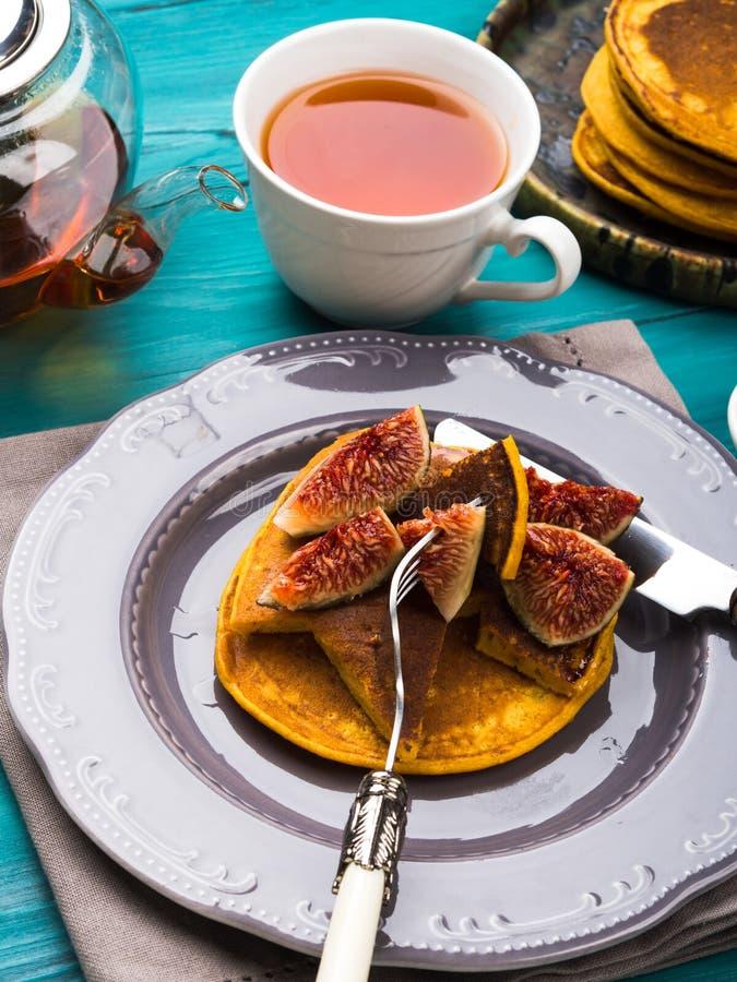 Consommation des crêpes de potiron avec les figues et le miel image libre de droits