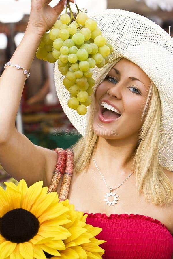 Consommation des raisins sur le marché photographie stock