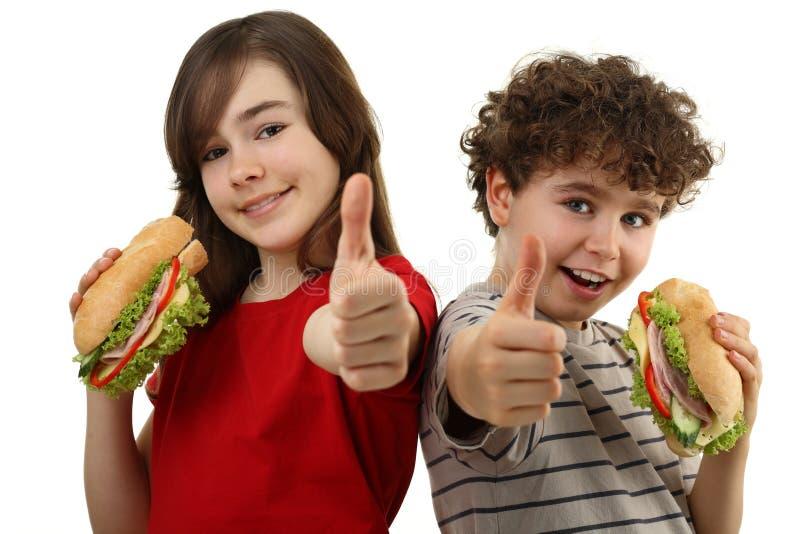 consommation des sandwichs sains à gosses image stock
