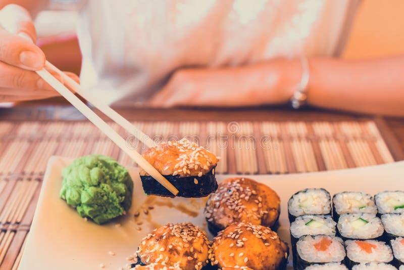Consommation des sushi en café de rue photo libre de droits