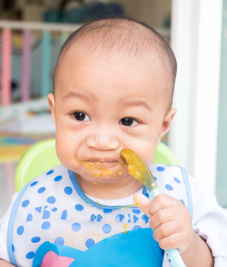 Consommation du bébé avec la cuillère photographie stock