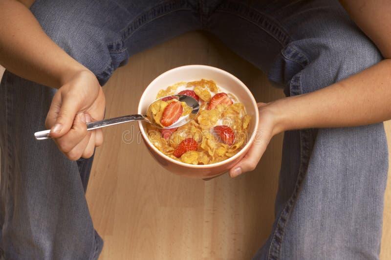 Consommation du déjeuner photographie stock libre de droits