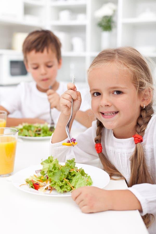Consommation du déjeuner sain photos stock